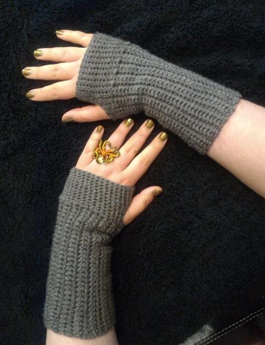 Super Simple, Practical And Basic Crochet Fingerless Gloves .