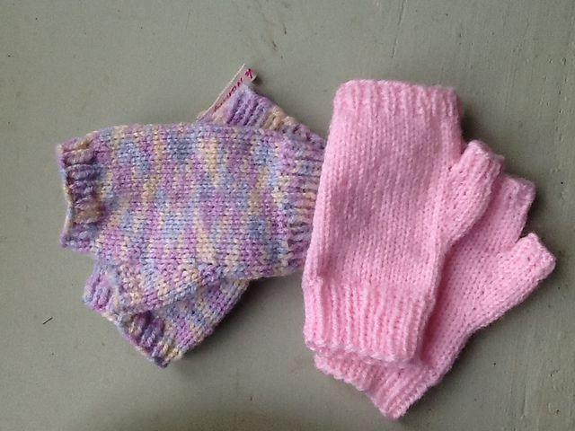 Ravelry: Children's DK Fingerless Gloves pattern by Penny Peberdy .